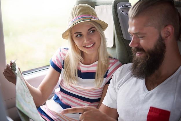 Casal feliz a caminho de férias