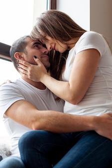 Casal feliz, abraçando e olhando um ao outro
