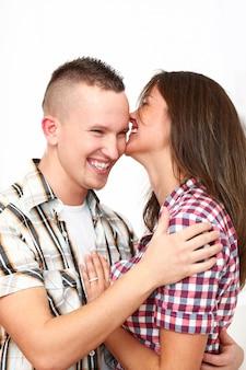 Casal feliz abraçando