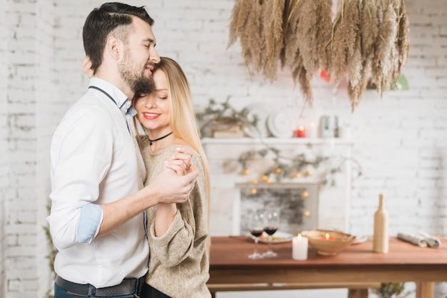 Casal feliz amando um ao outro na dança