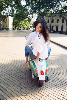 Casal feliz andando de scooter
