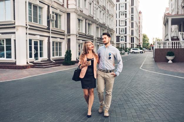 Casal feliz andando pelo bairro britânico.