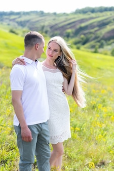 Casal feliz ao ar livre. casal sorridente relaxante em um parque.