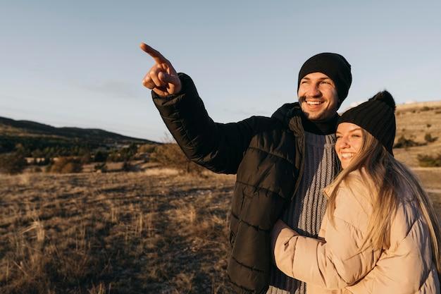 Casal feliz ao ar livre com foto média