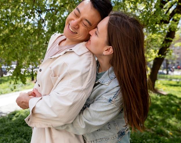 Casal feliz ao ar livre, tiro médio