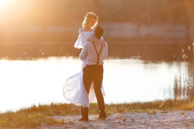 Casal feliz ao pôr do sol