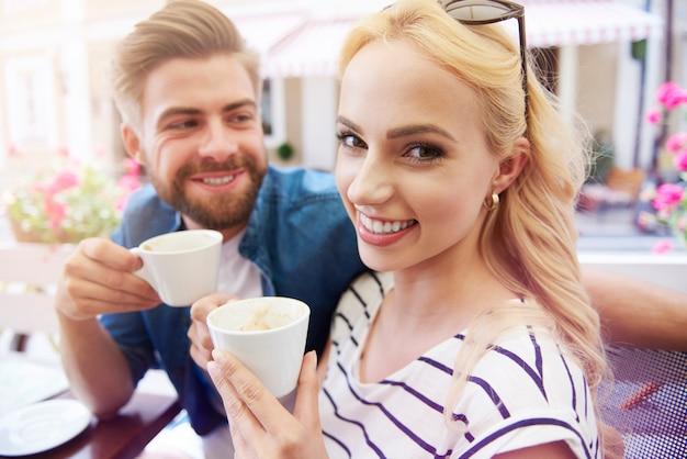 Casal feliz apaixonado bebendo café