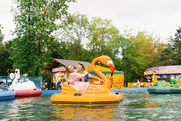 Casal feliz apaixonado em um passeio aquático em um parque de diversões