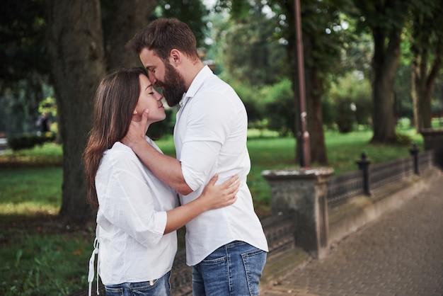 Casal feliz apaixonado na rua.