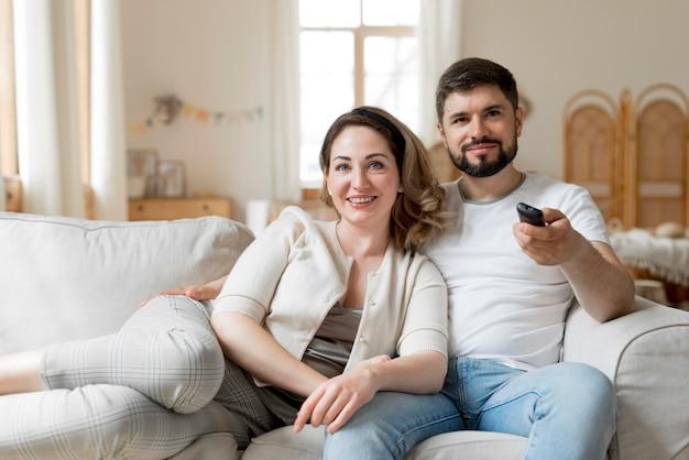 Casal feliz assistindo tv juntos