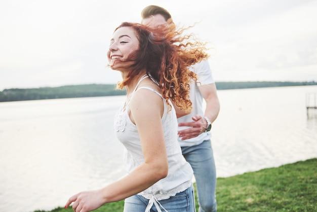 Casal feliz brincalhão engraçado amoroso na praia.