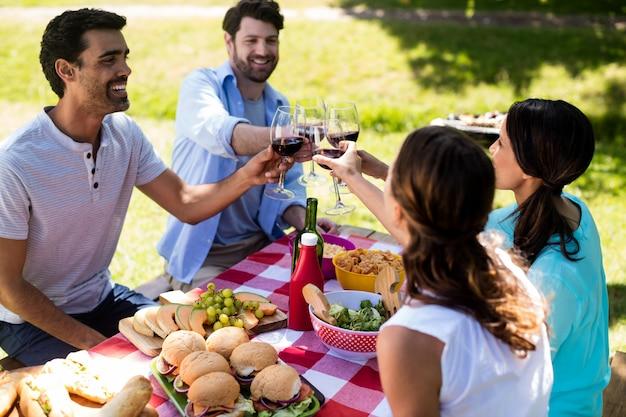 Casal feliz brindando um copo de vinho