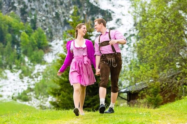 Casal feliz, caminhadas no prado alpino