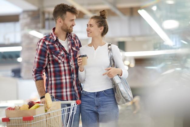 Casal feliz carregando compras
