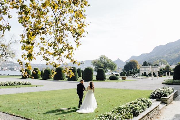 Casal feliz casamento no lago de como, itália