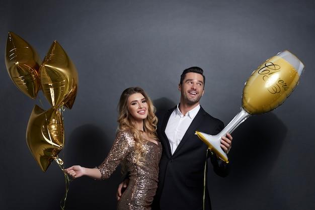 Casal feliz com balões comemorando