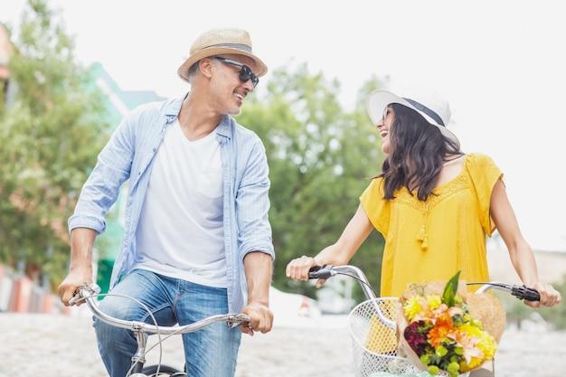 Casal feliz com bicicletas