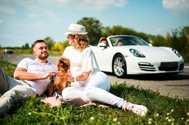 Casal feliz com cachorro adorável