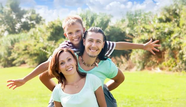 Casal feliz com filho adolescente