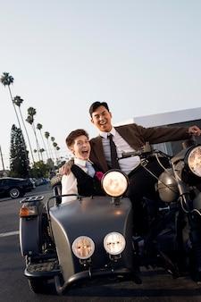 Casal feliz com motocicleta