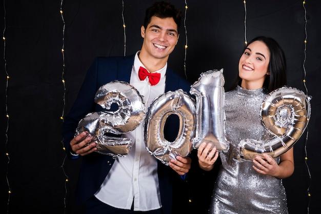Casal feliz com números de balões