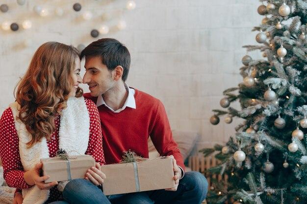 Casal feliz com presentes de natal