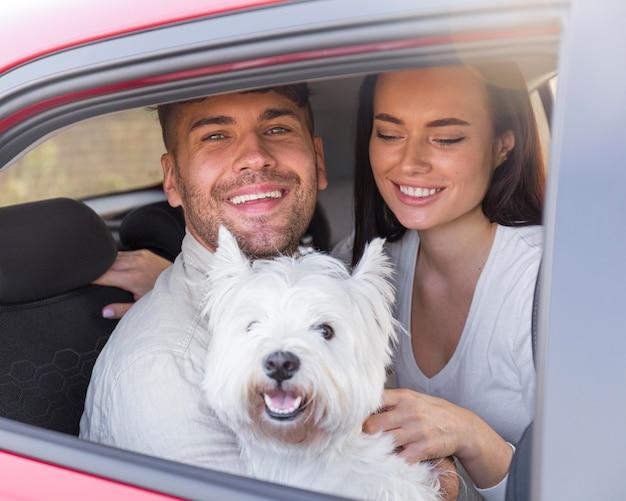 Casal feliz com tiro médio e cachorro Foto Premium