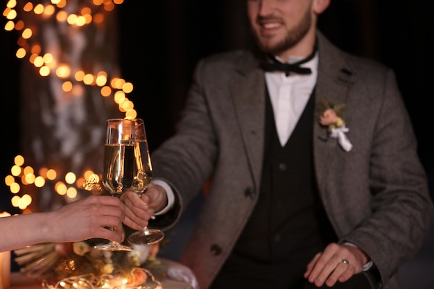 Casal feliz comemorando casamento ao ar livre, closeup