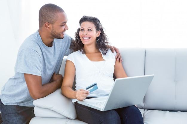 Casal feliz compras on-line