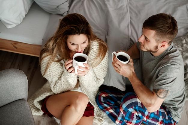 Casal feliz conversando e tomando café