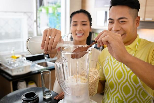 Casal feliz cozinhando em dose média
