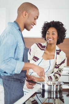 Casal feliz cozinhar juntos na cozinha