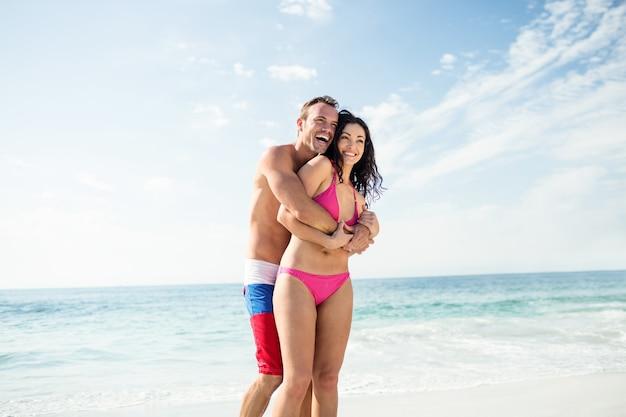Casal feliz curtindo na praia