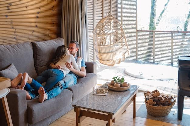Casal feliz curtindo o tempo juntos na sala de estar