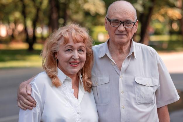 Casal feliz da família sênior ao ar livre