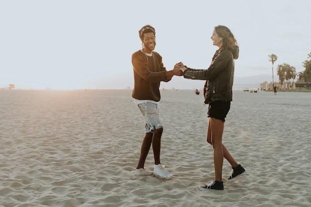 Casal feliz dançando na praia