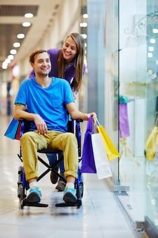 Casal feliz de compras