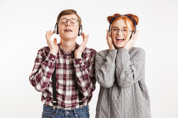 Casal feliz de nerds da escola ouvindo música