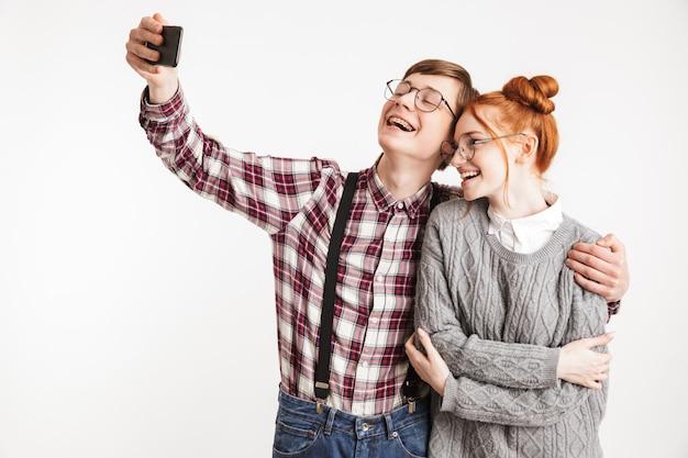 Casal feliz de nerds da escola