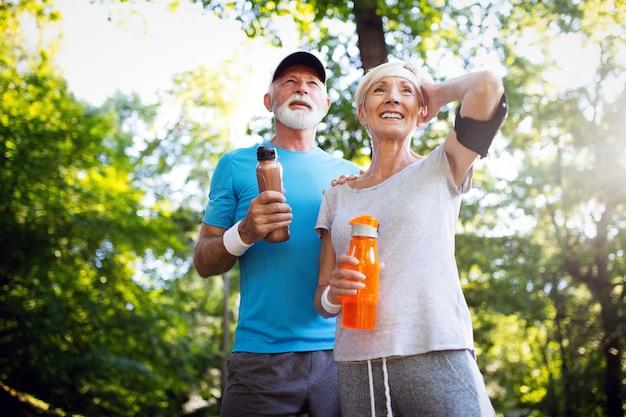 Casal feliz de pessoas maduras se exercitando para uma vida saudável