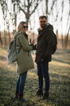 Casal feliz de tiro completo ao ar livre