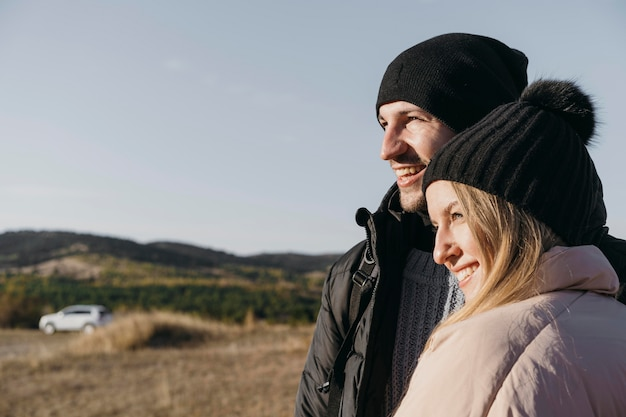 Casal feliz de tiro médio