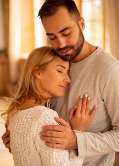Casal feliz dentro de casa com tiro médio