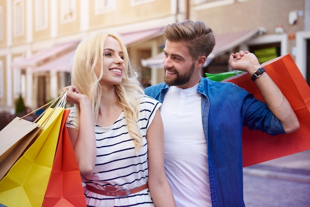 Casal feliz depois de grandes compras