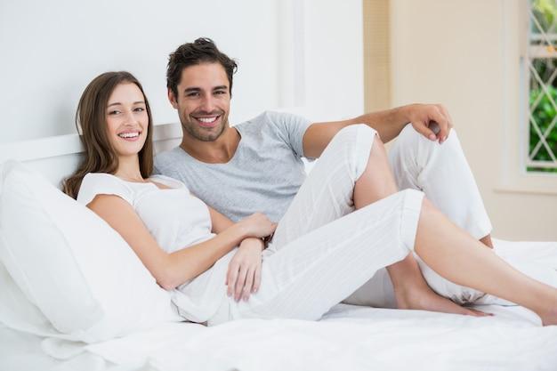 Casal feliz, descansando na cama