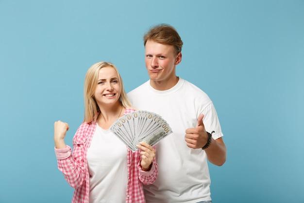 Casal feliz, dois amigos, cara e mulher com camisetas brancas rosa posando