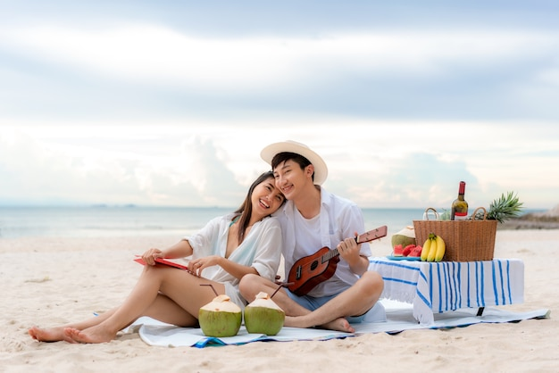 Casal feliz e aproveite a viagem lua de mel do casal amante na praia do mar