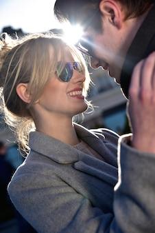 Casal feliz e brincalhão em óculos de sol apaixonado, namorando, brincando e rindo na rua