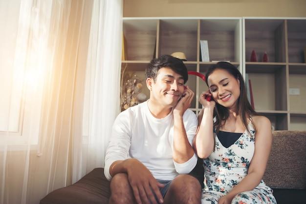 Casal feliz é relaxante e jogando juntos na sala de estar.