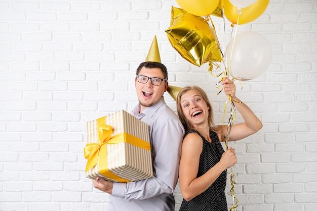 Casal feliz e sorridente comemorando a festa de aniversário